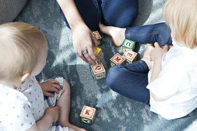 Bebês construindo amizades